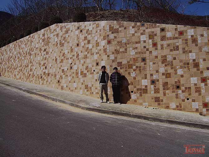 * 삭막한 콘크리트 옹벽을 단풍 낙옆의 자연소재 풍경으로 ...